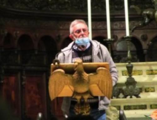P. Carlos Bazzara riceve il crocifisso alla Veglia Missionaria di Genova
