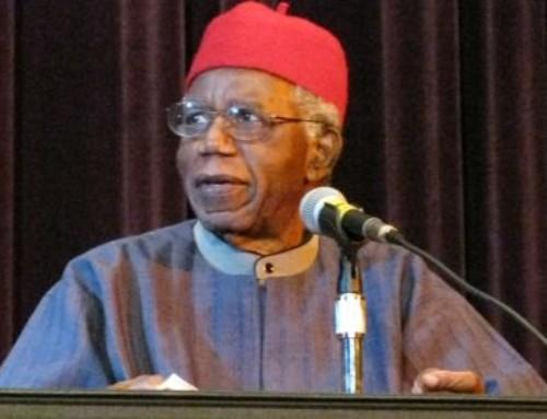 Lo scrittore nigeriano Chinua Achebe, capostipite dei romanzieri africani