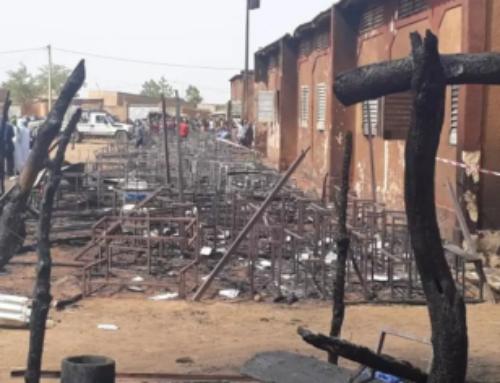 I bambini bruciati nella scuola di paglia a Niamey